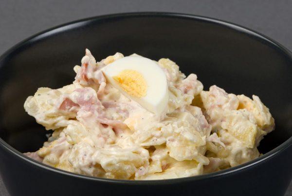 Bavārijas salāti ar kūpinātu gaļu
