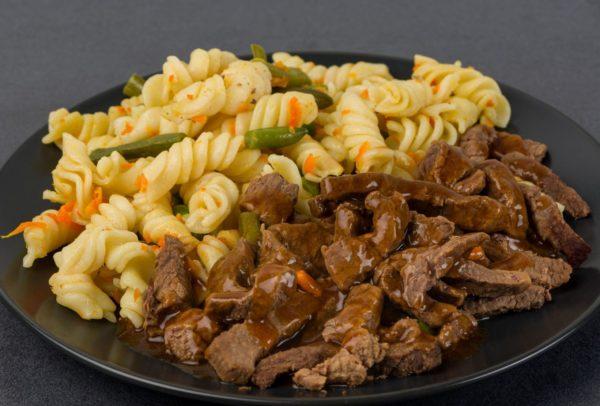 Makaroni ar dārzeņiem un liellopu gaļas gabaliņiem