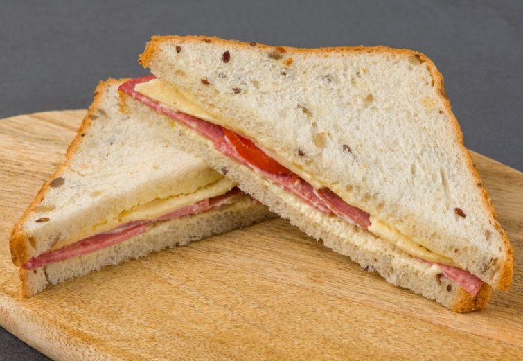 Pildīta sviestmaize ar kūpinātu desu